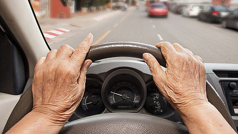 Te oud voor je autoverzekering? Dit kun je doen