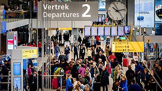 Reizigers klagen Schiphol aan voor vertragingen