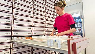 AMC gaat meer medicijnen in eigen apotheek namaken