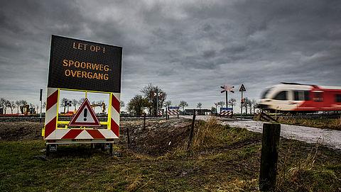 ProRail sluit onbewaakte overweg met betonblokken}