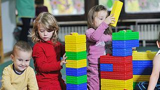 'Laat gemeenten voorschool peuters betalen'