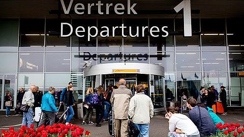 Reizigers wegbrengen of ophalen van Schiphol gaat geld kosten}