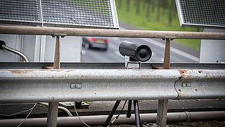 Automobilist met telefoon in hand nu makkelijker beboet door slimme camera's