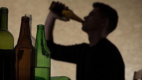 Blokhuis: Aanpak alcoholverkoop minderjarigen via internet moet strenger}