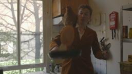 Fons bakt pannenkoeken voor daklozen