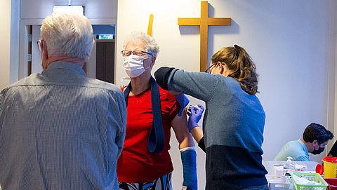 Gezondheidsraad: '60-plussers en zieken als eerste vaccineren tegen coronavirus'