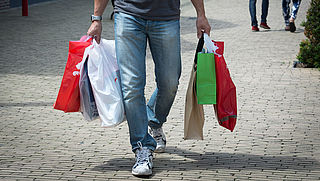 Twee op de drie krijgen nog weleens een gratis plastic tas aangeboden in de winkel