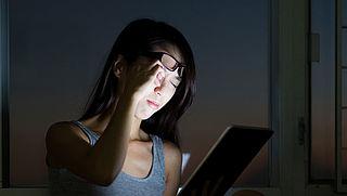 Beter slapen door overdag een computerbril te dragen?