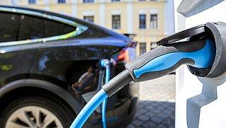 Elektrische auto opladen in het buitenland? Zie hier de (grote) prijsverschillen