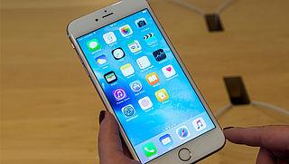 Apple geeft toe dat ze oudere iPhones bewust trager maken