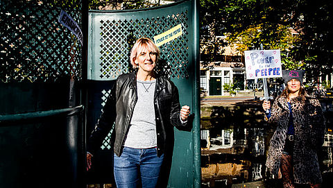 Plasprotest: vrouwen plassen in urinoirs