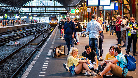 'Geef treinreizigers kopje koffie voor overlast'