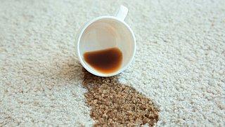 Zo verwijder je koffievlekken van je tapijt, shirt of mok