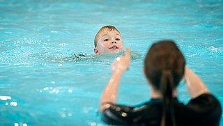 Douchen voor het zwemmen? Dat mag niet! Een probleem, vindt waterveiligheidsexpert