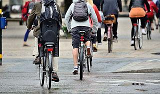 'Brommers en scooters naar rijbaan vanwege gezondheid fietsers'