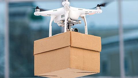 Amazon levert pakje af met hulp van drone