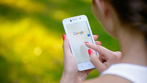 Consumentenbond overhandigt Google petitie tegen locatieopslag}