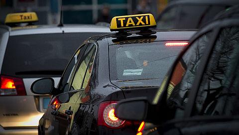 Tientallen taxi's van dubieuze bedrijven in beslag genomen