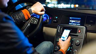 'Bellen en appen in de auto moet zwaarder worden bestraft'