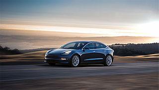 Teslarijder mag mobiel niet vasthouden in zelfrijdende auto