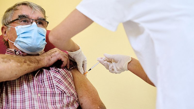 Nog veel vragen bij ouderen over vaccinatie: 'Meer voorlichting is vereist'