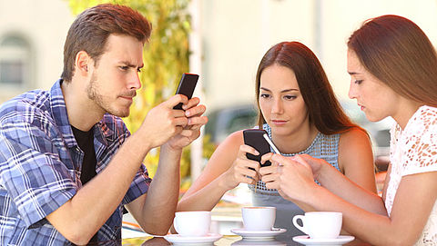Dé remedie tegen smartphoneverslaving: je mobieltje slopen}