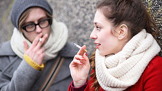 Scholen vrezen voor 'rookpolitie' bij rookvrije schoolpleinen