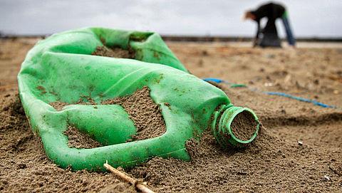 Veel plastic bij rivieroevers