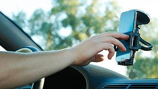 Smartphone in autohouder bedienen mag niet