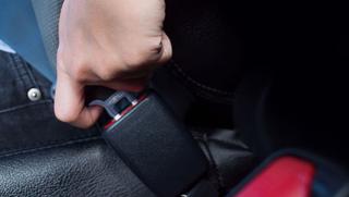 ANWB: 'Draag geen winterjas in de auto wegens kans op ernstig letsel'