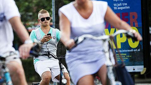 Al een jaar geen telefoons meer op de fiets... volgens de wet dan