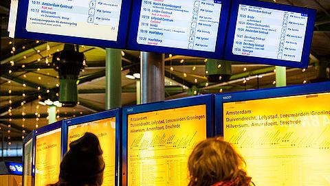 Schiphol wil dinsdag bereikbaar blijven en dreigt met geding}