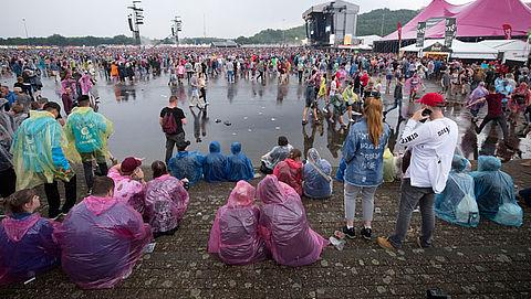 Muziekevenementen maken zich op voor noodweer, bezoekers later naar binnen}