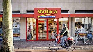 Wibra wil personeel onbetaald uren in laten halen, FNV sleept winkel voor de rechter