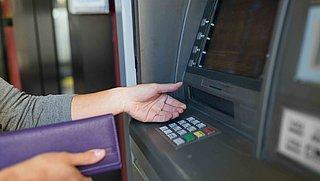 Moet je gaan betalen om contant geld op te nemen? Verschillende banken reageren