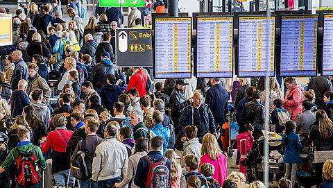 Reizigers missen vlucht door lange rijen op Schiphol