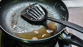 Frituurvet en bakolie weggooien: spoel ook kleine restjes niet door