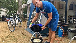 Koken op de camping: zelf brood bakken voor bij de borrel