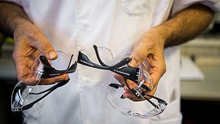 Vuurwerkdealers delen gratis brillen uit