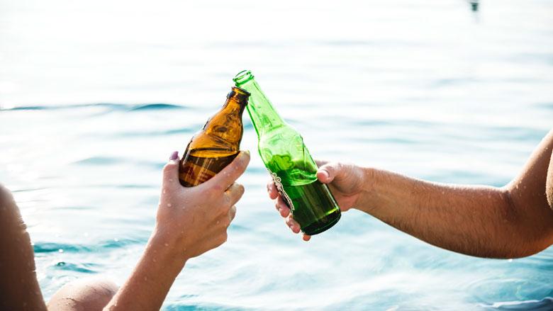 De overheid start campagne: 'Het moet normaal worden om minder te drinken'