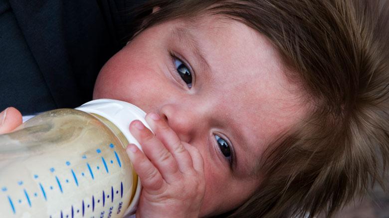 'Met fles gevoede baby's krijgen veel microplastic binnen'