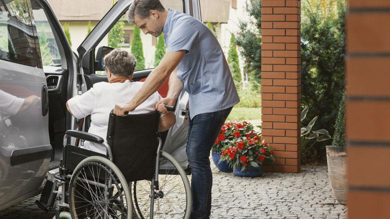 Familielid uit verpleeghuis halen en in huis nemen kent veel praktische bezwaren