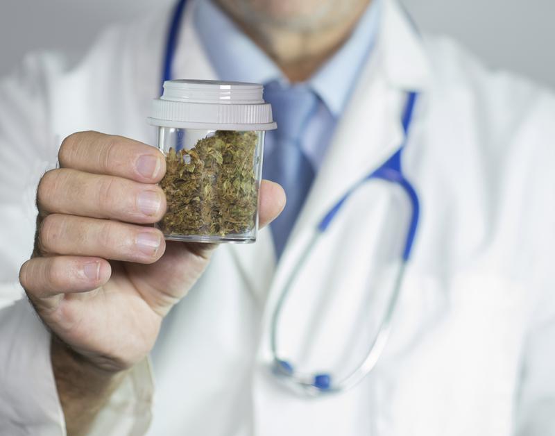 Cannabis veel vaker over de apothekerstoonbank