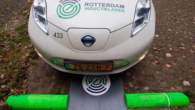 Proef met draadloos auto laden van start in Rotterdam