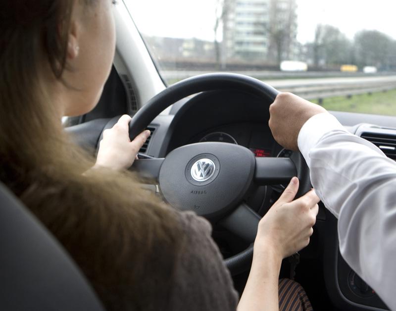 Kabinet: definitief rijbewijs vanaf 17 jaar