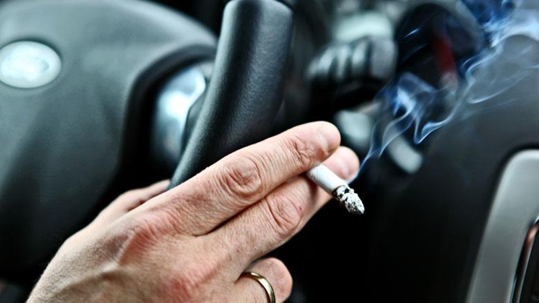 Tot 1000 euro boete voor roken in auto met kind in Vlaanderen