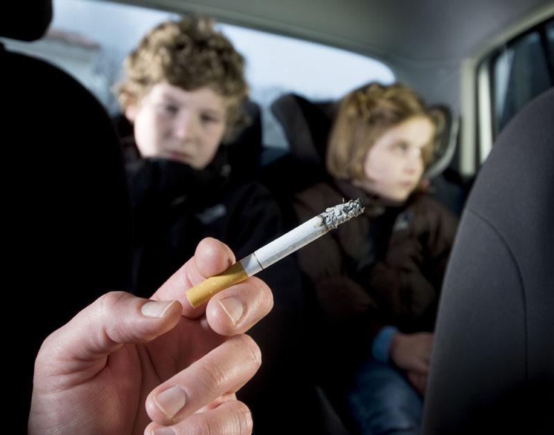 Artsen: verbied roken in auto met kind
