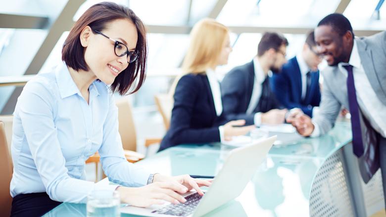 Vrouwen verdienen minder dan mannen, zijn wel vaker tevreden met salaris