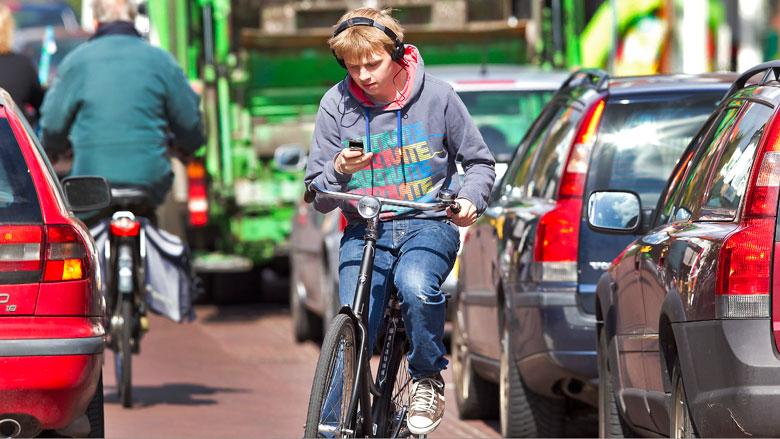 Appen op de fiets levert straks boete op