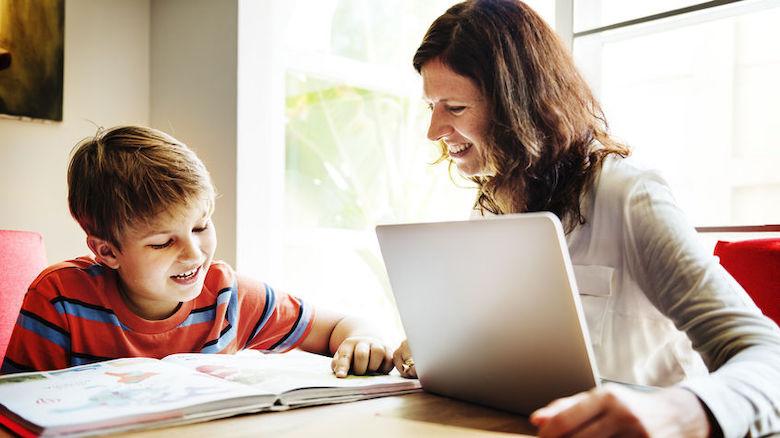 Extra laptops voor thuisonderwijs minderbedeelde kinderen